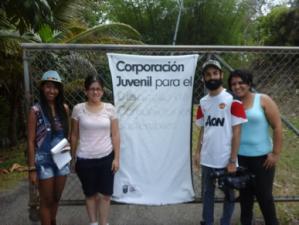 Jóvenes de la Universidad del Turabo visitando las instalaciones de la Granja de Producción Sostenible.