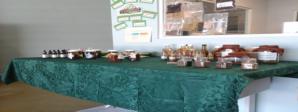 En la foto aparecen varios de los productos que se procesan en las instalaciones de Agroinnova como las tinturas madres, las mermeladas y el pique.