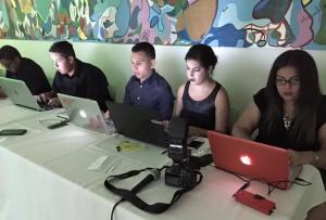Estudiantes de la Universidad Interamericana cubriendo la conferencia de prensa del OPC. Foto cortesía de Comunicaciones Inter.