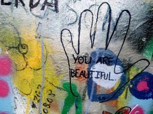Nadie tiene el derecho a decirte lo contrario. Eres una persona hermosa y no hay duda de ello.